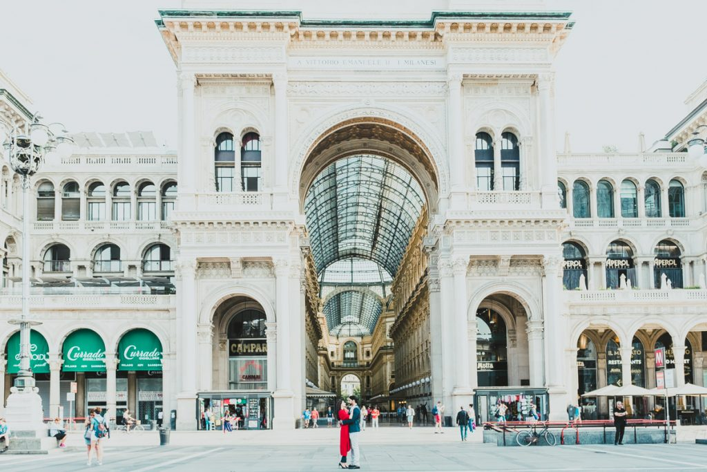 engagement in Milano. couple portrait Galleria Vittorio Emanuele